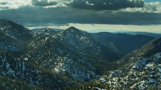 サンガブリエル山脈の雪の風景のパンニング空中ショット - エンジェルス国有林点の映像素材/bロール