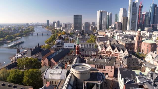 航空写真ビューをパン: 朝いつ秋が来ている、ドイツのフランクフルトの町並み - ヨーロッパ点の映像素材/bロール
