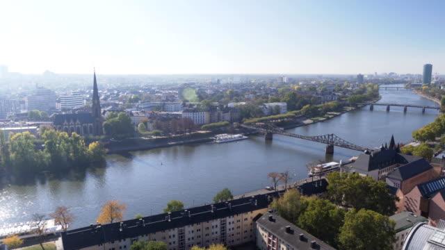 航空写真ビューをパン: 朝いつ秋が来ている、ドイツのフランクフルトの主な川 - ヨーロッパ文化点の映像素材/bロール
