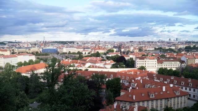 曇りの下で多くのオレンジの建物を含む古いプラハの街の空中風景をパン - ヴルタヴァ川点の映像素材/bロール