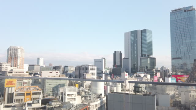 vista aerea panoramica 4k del rione shibuya a tokyo, giappone. - panning video stock e b–roll