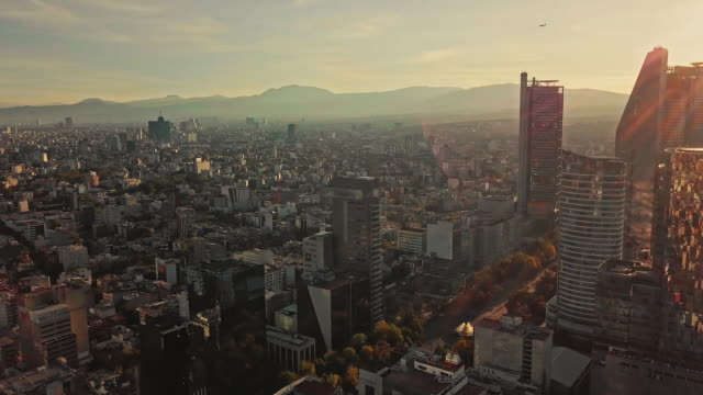 stockvideo's en b-roll-footage met panning and discovering modern skyscrapers in mexico city - mexico stad