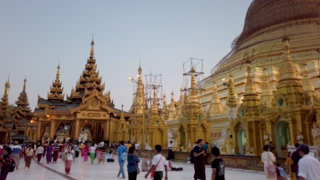 stockvideo's en b-roll-footage met 4k panning en kantelen. shwedagon pagode in yangon, myanmar. - gelovige