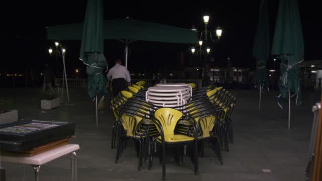vídeos y material grabado en eventos de stock de panning and tilting down shot looking out from an italian cafe. - un solo hombre maduro