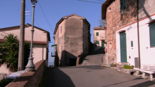 vídeos y material grabado en eventos de stock de panning around buildings & narrow streets in lucca, tuscany - detalle arquitectónico exterior