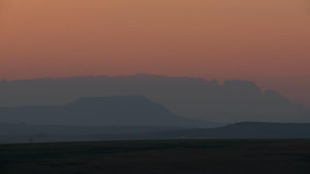 vídeos y material grabado en eventos de stock de panning ws at dusk of layers of blue lit mountains in background, kwazulu-natal, south africa - kwazulu natal