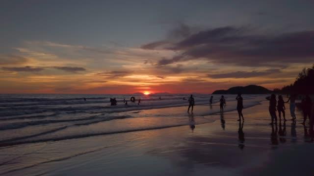 vídeos de stock, filmes e b-roll de 4k panning nascer do sol bonito na praia - flertar