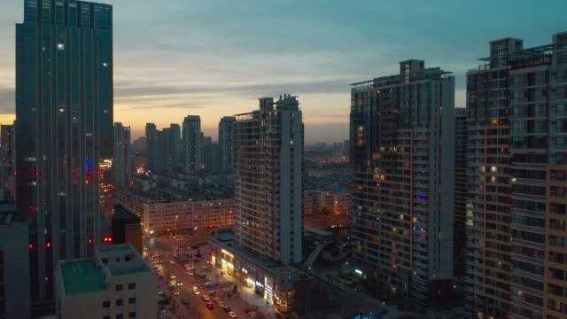 住宅建物間の移動 - 夕暮れ点の映像素材/bロール