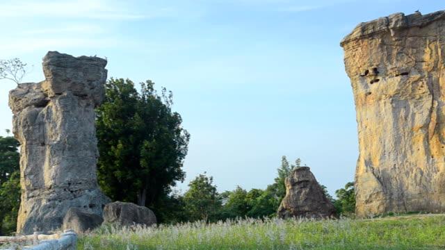 パン: タイの mo ヒン カオ チャイヤプームの石 henge で大きな石 - 石柱点の映像素材/bロール