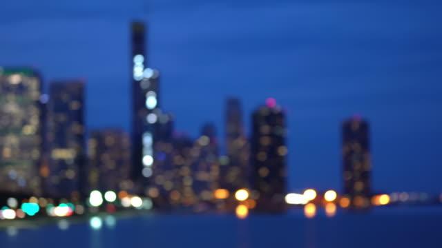シカゴ市街並みオフィススカイライン超高層ビルの4k uhdパンニングぼやけた抽象的な背景 - グラントパーク点の映像素材/bロール