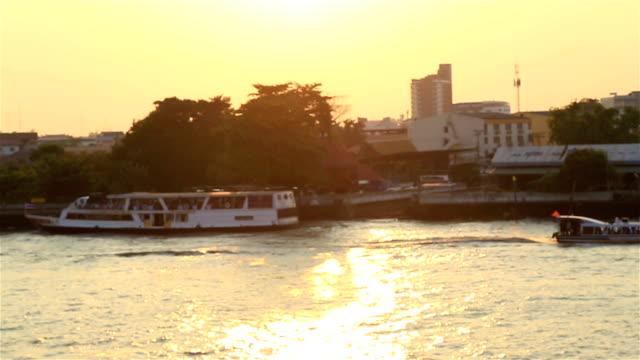 vidéos et rushes de hd panoramique : le trafic du bateau dans la lumière du soleil et en soirée. - canal eau vive