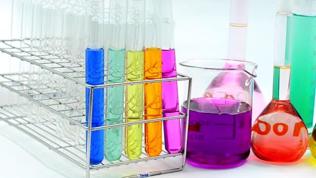 パン:液体の化学物質のガラス - 数個の物点の映像素材/bロール
