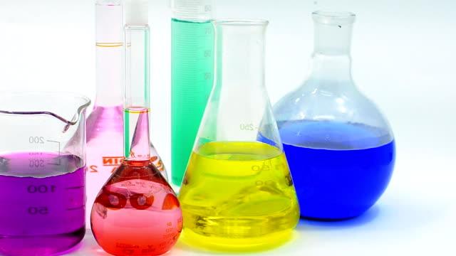 pannen: chemische stoffen in glaswerk