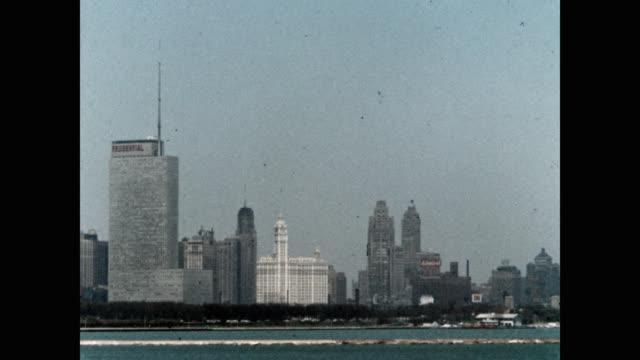 panning chicago skyline and lake michigan - chicago illinois bildbanksvideor och videomaterial från bakom kulisserna