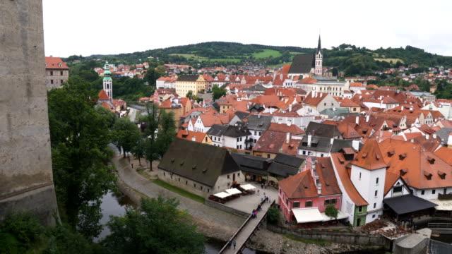 vídeos de stock, filmes e b-roll de opinião da cidade de panning da cidade de cesky krumlov do ponto de vista - república tcheca