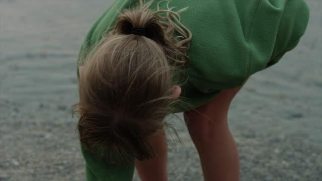 vídeos y material grabado en eventos de stock de panning close up of girl drawing in sand with finger / redfish lake, idaho, united states - cabello recogido