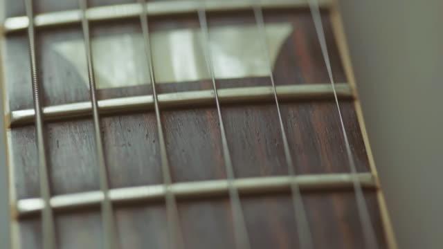 video der e-gitarrenhals schwenken nahe - griffbrett stock-videos und b-roll-filmmaterial