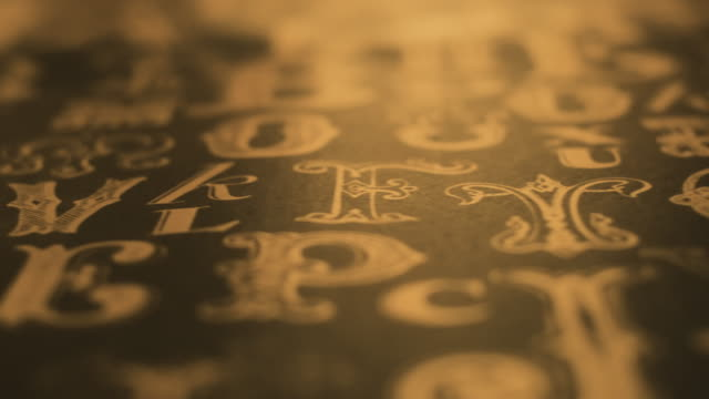 パンは光の動きとヴィンテージ装飾書体パターンをクローズアップ - 19世紀風点の映像素材/bロール