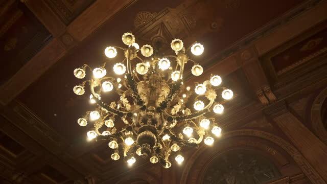vídeos de stock e filmes b-roll de panning close-up shot of illuminated chandelier in bolsa palace - porto, portugal - elegância