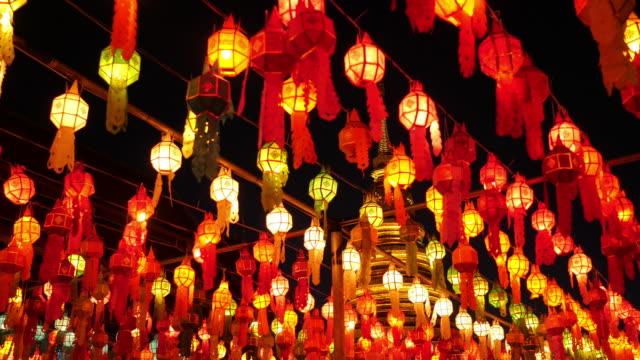 vídeos de stock, filmes e b-roll de garimpando a lâmpada colorida e lanterna na loi krathong wat phra que haripunchai lamphun tailândia - lanterna