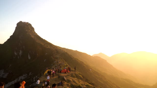 vídeos de stock e filmes b-roll de panning: crowd of travelers are coming on one peak of sibayak mountain to see the first light of sunrise of the day - penhasco caraterísticas do território