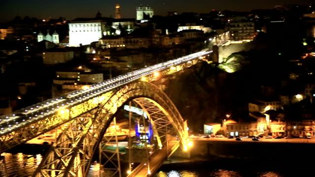 stockvideo's en b-roll-footage met hd panning: dom luiz bridge in porto cityscape portugal night - hd format