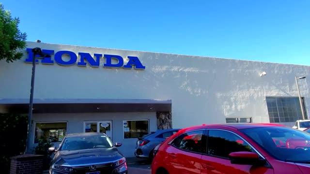 panning down from sign at honda automobile dealership to new cars on a lot in walnut creek, california, july, 2019. - honda bildbanksvideor och videomaterial från bakom kulisserna