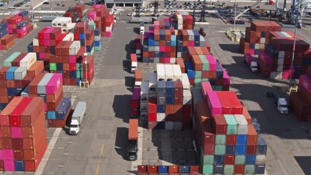 volo con droni panoramica sul terminal container - long beach california video stock e b–roll