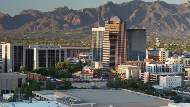 panning drone flight over tucson bei sonnenuntergang - arizona stock-videos und b-roll-filmmaterial