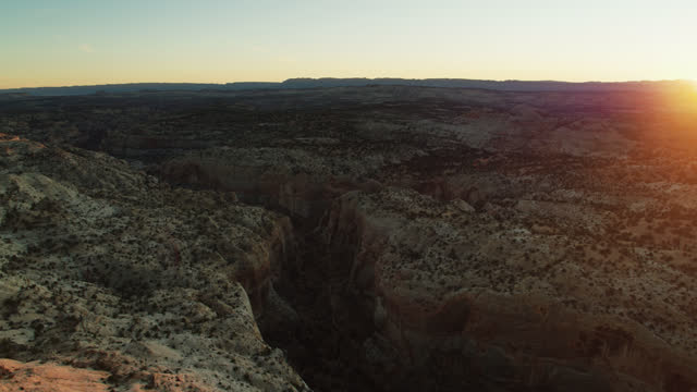 panning drone shot of calf creek in grand staircase-escalante national monument - grand staircase escalante national monument stock-videos und b-roll-filmmaterial