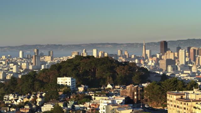 Panning Shot van de Drone van San Francisco meer dan Corona Heights