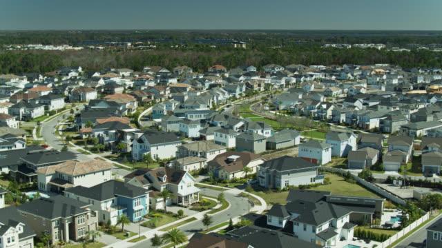 panning drone shot of suburban development in florida - mittelschicht stereotypen stock-videos und b-roll-filmmaterial