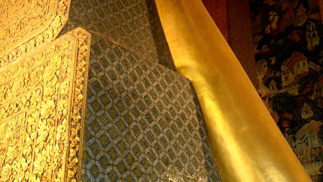 stockvideo's en b-roll-footage met pannen: enorme liggende boeddha - achterover leunen