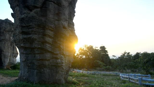 パン: mo ヒン カオ チャイヤプーム石 henge のタイで最初の日光 - 石柱点の映像素材/bロール