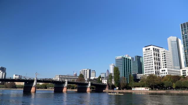 vídeos de stock e filmes b-roll de panning: frankfurt city with office building in morning - alemanha