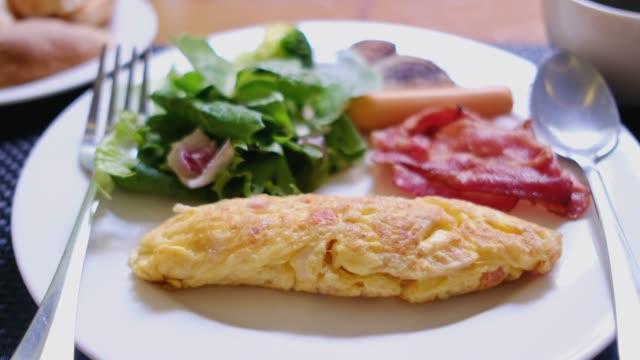 vídeos de stock, filmes e b-roll de visão panorâmica da xícara de café de café da manhã na mesa no hotel na manhã - ovo mexido