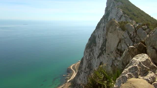 stockvideo's en b-roll-footage met panning from top of rock of gibraltar to sea - gibraltar iberisch schiereiland