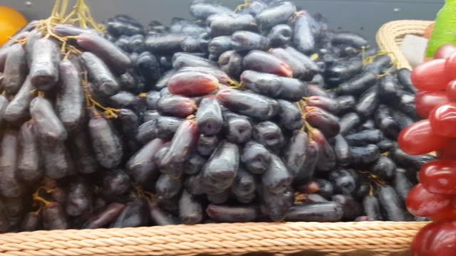 vídeos y material grabado en eventos de stock de lavado de fruta de la uva - cóctel tropical
