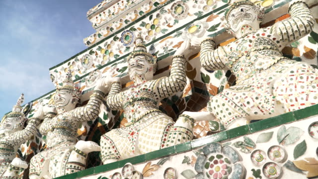 panorering handhållna låg vinkel visa: thai-stil statyer är under den stora pagoden i wat arun - tornspira bildbanksvideor och videomaterial från bakom kulisserna