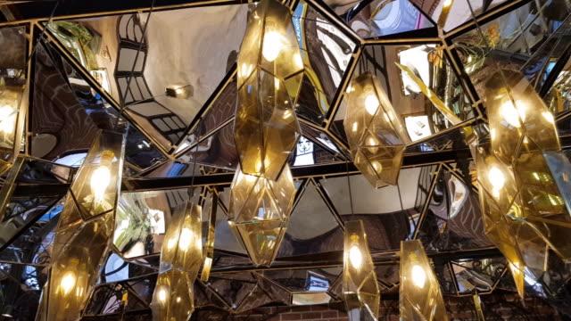 vidéos et rushes de panoramique suspendu lanterne lumineuse électrique - miroir ancien