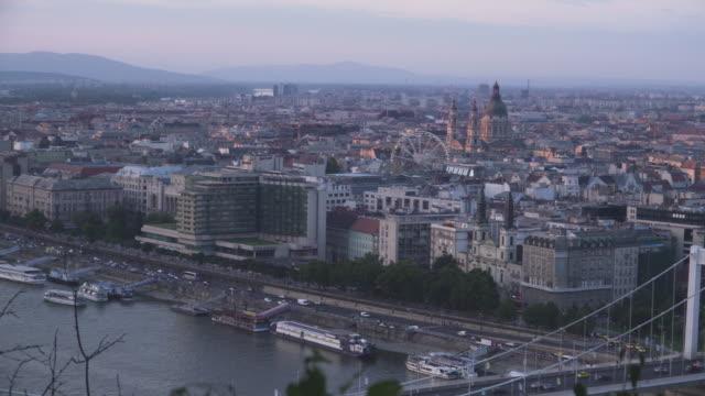 vídeos de stock e filmes b-roll de panning high angle view: cityscape of budapest at dust from gellért hill - ponte széchenyi lánchíd
