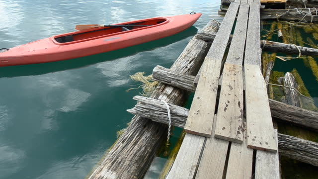 pannen: kajak boot is voor houten vlot in ochtend