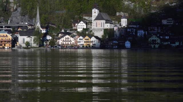 vídeos y material grabado en eventos de stock de paneo a la izquierda: hallstatter ver lago con un cisne en hallstatt, austria - cultura austríaca