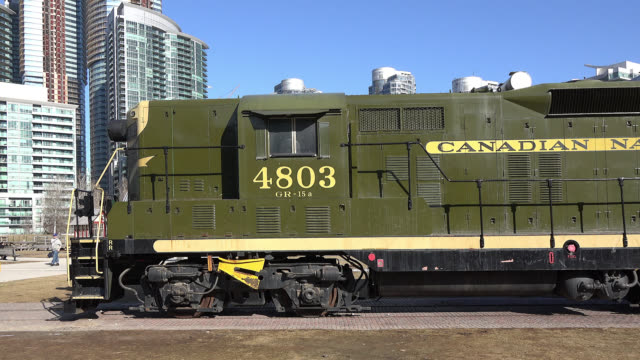 vídeos y material grabado en eventos de stock de panning left on a vintage train engine seen in the toronto railway museum which is an open-air museum located across the cn tower in the downtown... - lugar famoso local