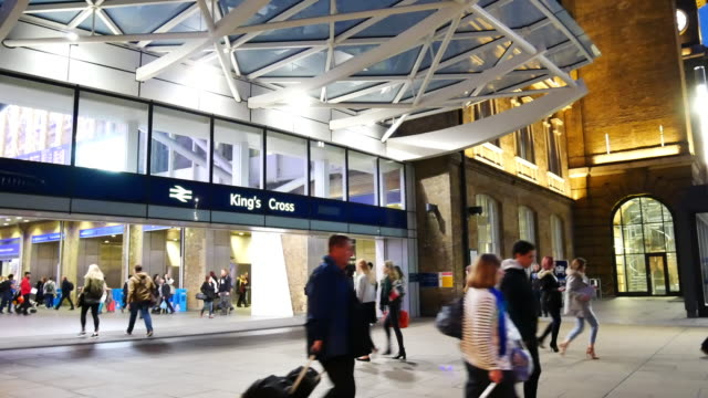 stockvideo's en b-roll-footage met 4k pannen trein buis metrostation, passagiers in spitsuur, engeland, verenigd koninkrijk - station london king's cross
