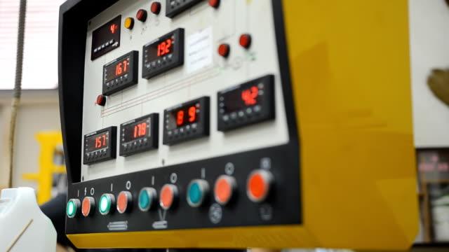 panorering: många knappar på konsolen av extruder maskin