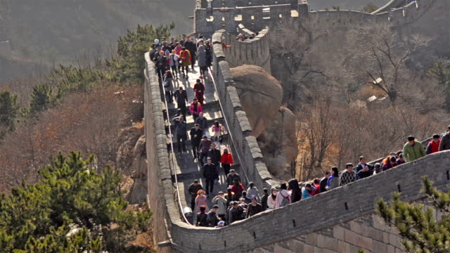 panning: many travellers on badaling great wall of china - badaling great wall stock videos & royalty-free footage