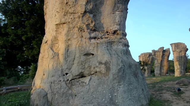 パン: mo ヒン カオ チャイヤプーム石 henge のタイ - 石柱点の映像素材/bロール