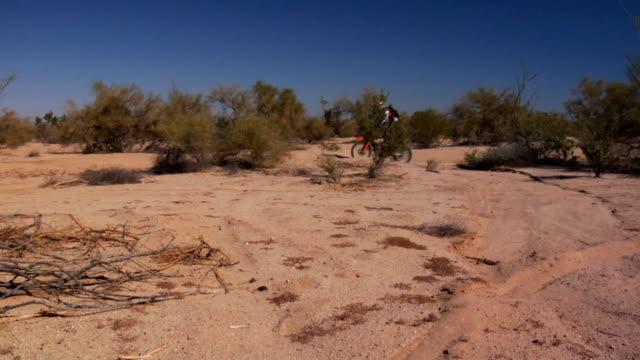 panning motocross urti profilo laterale - penisola di bassa california video stock e b–roll
