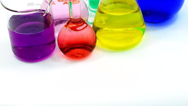Schwenken: viele Farbe von Chemikalien in verschiedenen Gläsern
